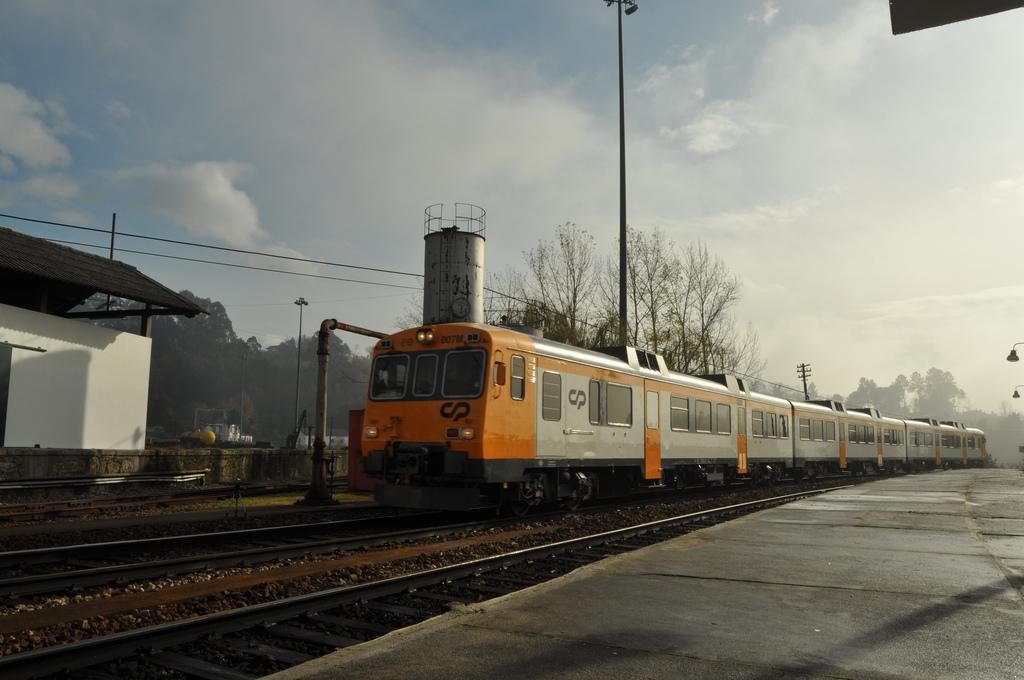 La estación de Livração (en la imagen) será una de las que se modernicen con el proyecto de electrificación adjudicado.
