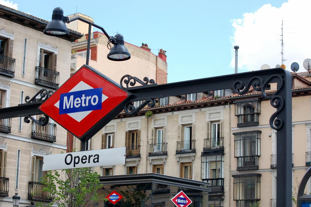 Los locales tradicionales del metro de Madrid se unen para denunciar la supuesta competencia desleal de los nuevos stands.