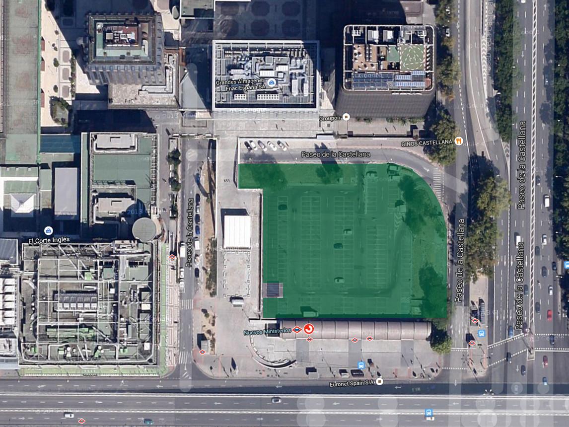 Parcela que Adif pone en venta, en la que actualmente se encuentra el aparcamiento de Nuevos Ministerios. Imagen: Google Maps.
