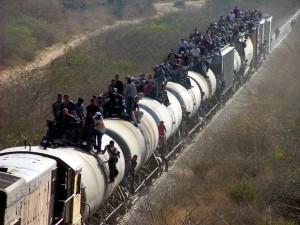 Cientos de centroamericanos montan en La Bestia para llegar a la frontera con Estados Unidos y entrar en el país de forma ilegal.