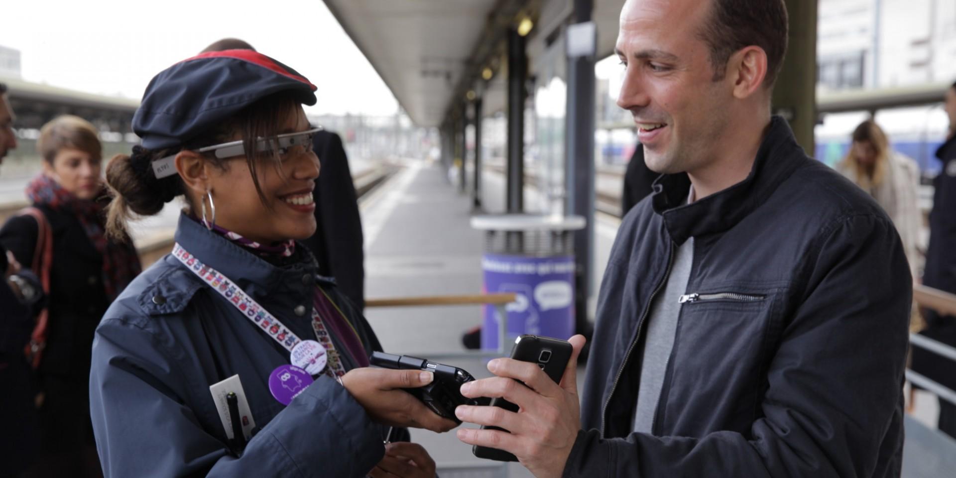Una empleada de iDTGV (filial de SNCF) revisando uno de los billetes con las Google Glass.