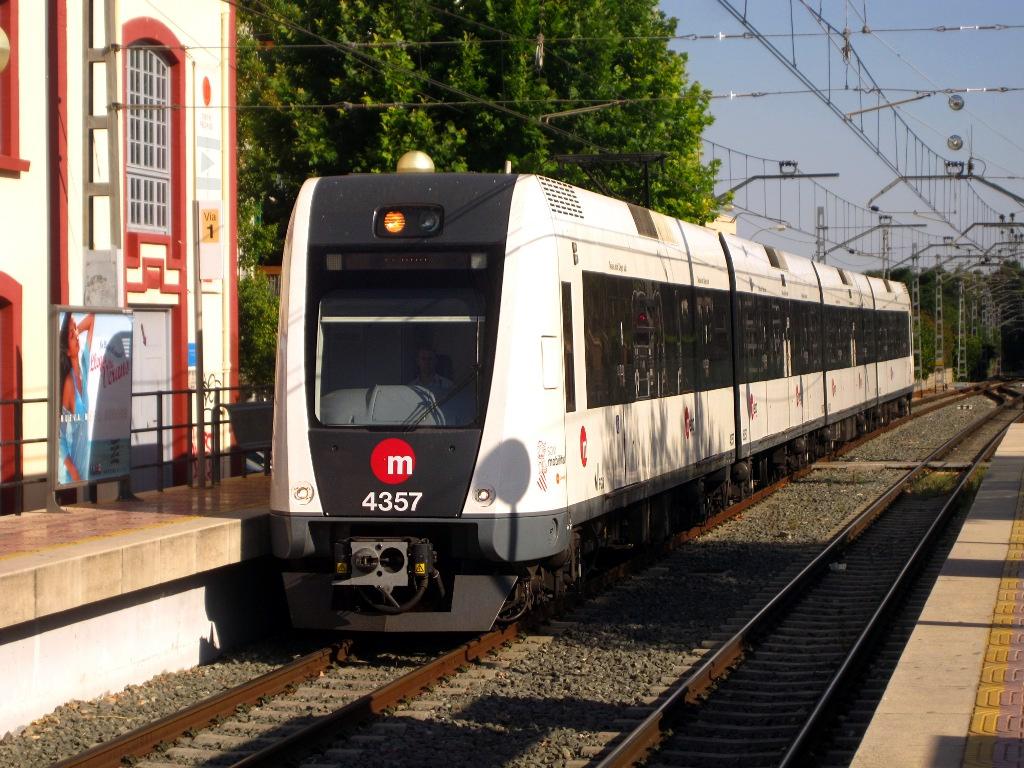 Unidad de metro 4357 en la estación de L'Eliana, que en 2015 pasará a la línea 2. Foto: ▐▼▌arto ™.