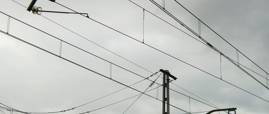 La catenaria ferroviaria es un elemento peligroso pues se encarga de la conducción de electricidad con la que se alimentan los trenes y, en el caso de la de alta velocidad, tan sólo tocarla uno resulta electrocutado. Foto: migueljbr.