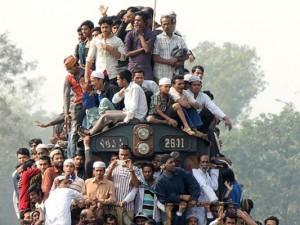 En Bangladesh es común subirse al techo de los trenes pese a su peligrosidad. Foto: Mayeenul Islam.