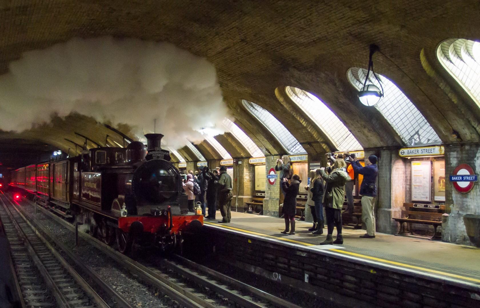 Locomotora Metropolitan 1 circulando por los túneles del metro de Londres conmemorando el 150 aniversario de su inauguración. Foto tomada en Baker Street por Ed Webster.