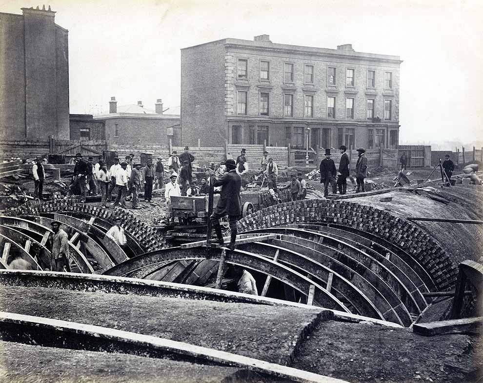 Construcción de la District Line bajo Gloucester Road con el método a cielo abierto. Foto del London Transport Museum.