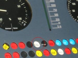 Luz de hombre muerto en la cabina de un ICE 3, con las siglas sifa que responden a Sicherheitsfahrschaltung o, en castellano, sistema de seguridad. Foto: TobiToaster.