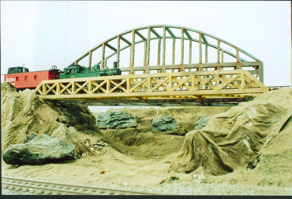 Puente ferroviario a escala H0 fabricado artesanalmente por los socios del Club Chileno de Ferromodelismo. Foto propiedad del Club.
