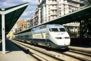 Tren de alta velocidad de la serie 101 (ahora integrada en la serie 100 de AVE) en una línea convencional en Valencia. Foto: Falk2.