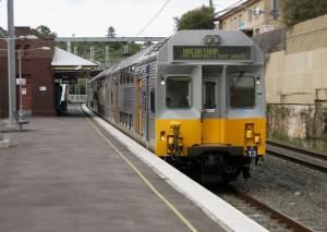 Tren de la serie C pasando sin parar por  Bardwell Park. Foto: Jason Antony.