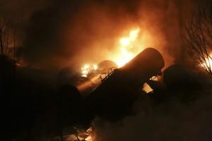 El descarrilamiento de algunos vagones ha desencadenado un incendio y el vertido al río. Foto: Yahoo News.