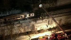 Imagen del convoy accidentado en Nueva York que muestra el estado del tren tras la colisión y el posterior incendio. Foto: Telemundo 47.