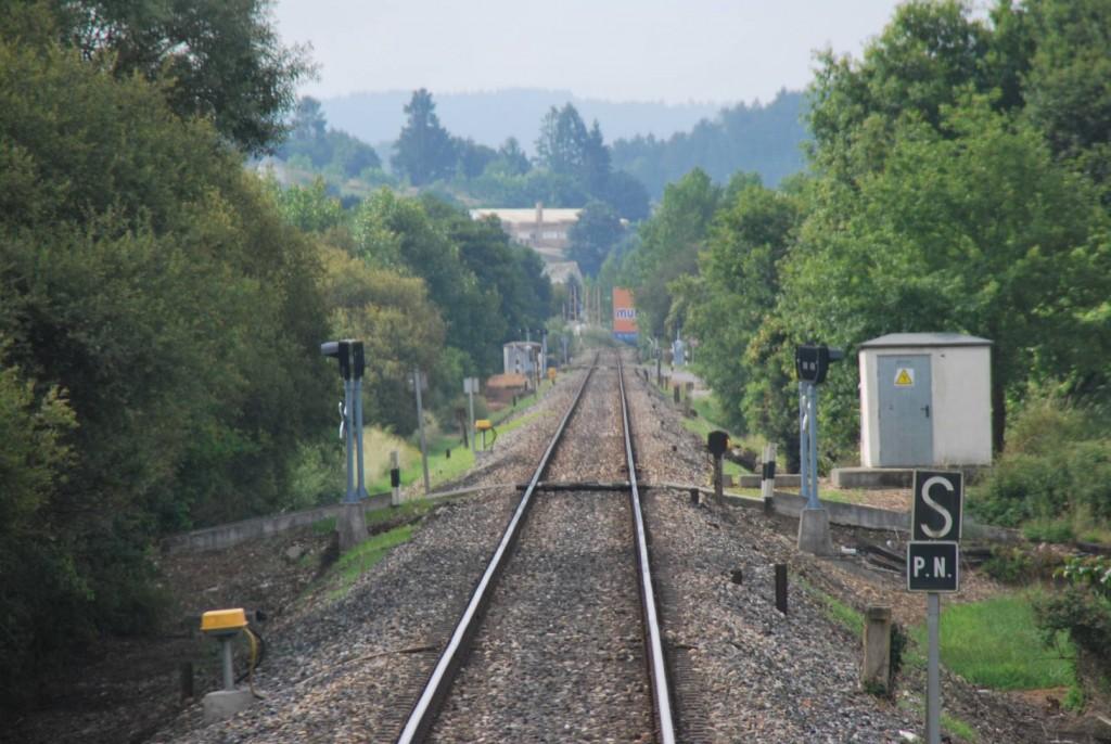Así se ven los pasos a nivel sin barreras desde la cabina de un tren.