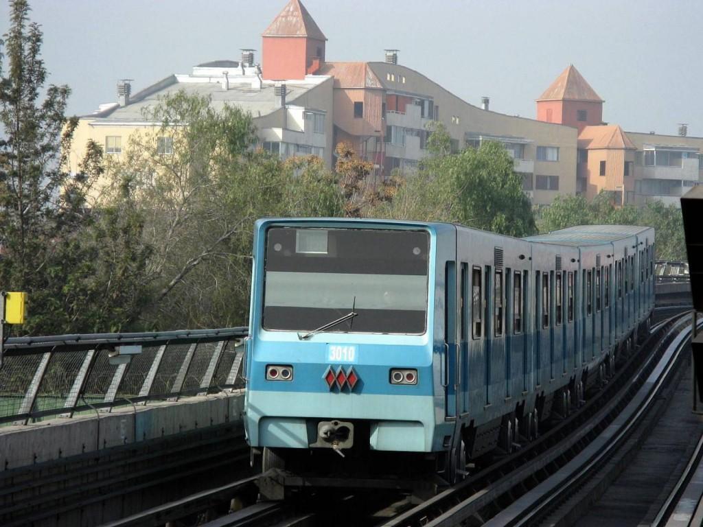 Tren NS 74 circulando en la línea 5 del metro de Santiago. Foto: Chphe.