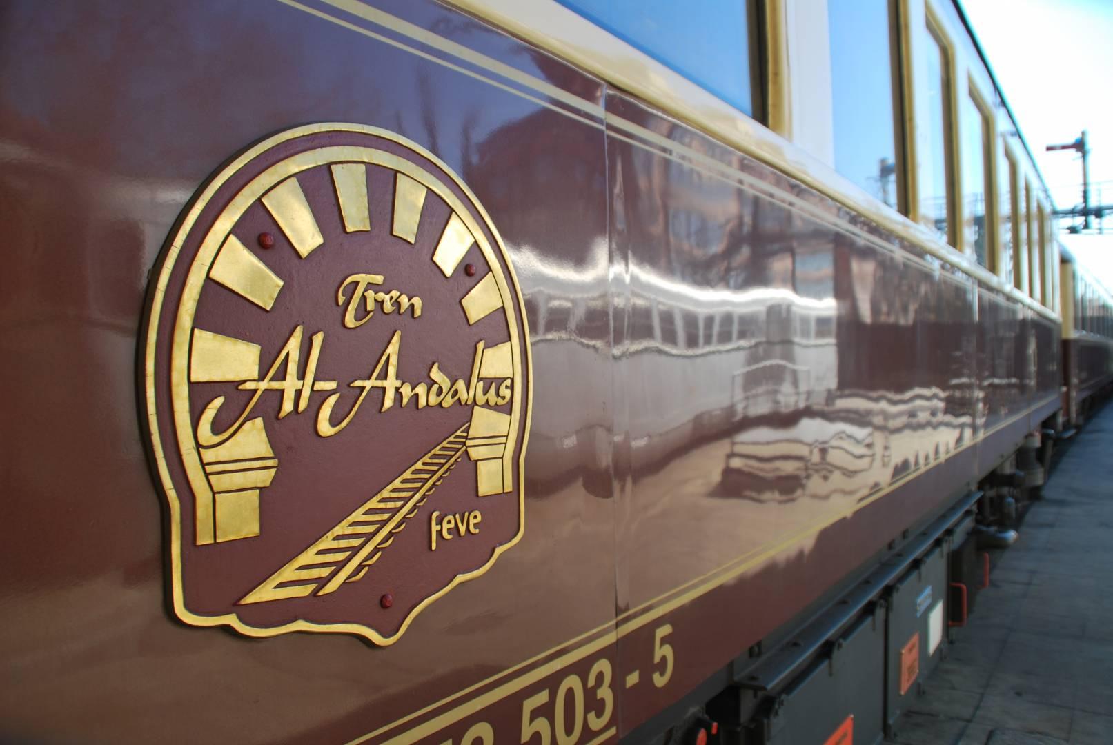Reflejo del automotor 9404 de la colección del Museo del Ferrocarril junto a la placa de uno de los coches. Foto: Alberto de Juan.