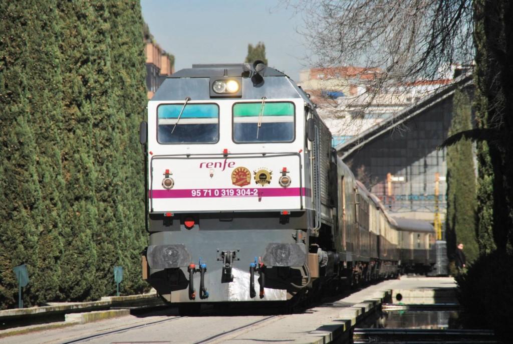 El Tren Al Andalus abandonando la estación de Delicias remolcado por la 319-304. Foto: Alberto de Juan.