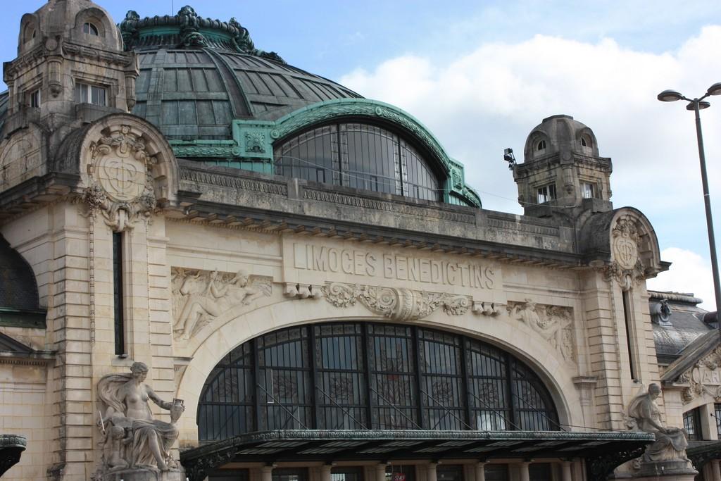 Las vidrieras de la Estación de Limoges Bénédictins son obra de un artista local. Foto: marydoll1952.