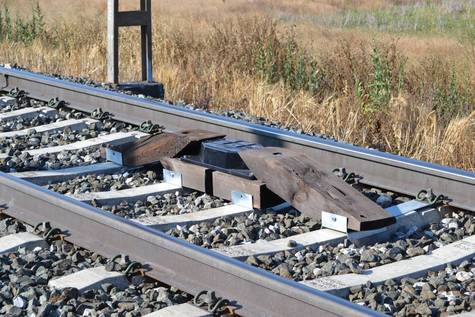 Baliza de ASFA digital, el elemento encargado de transmitir la orden al tren. Foto: Javier Díaz.