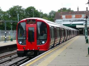 Composición de la serie S8 del metro de Londres, uno de los más grandes del mundo, en la estación de Croxley. Foto: Spsmiler.