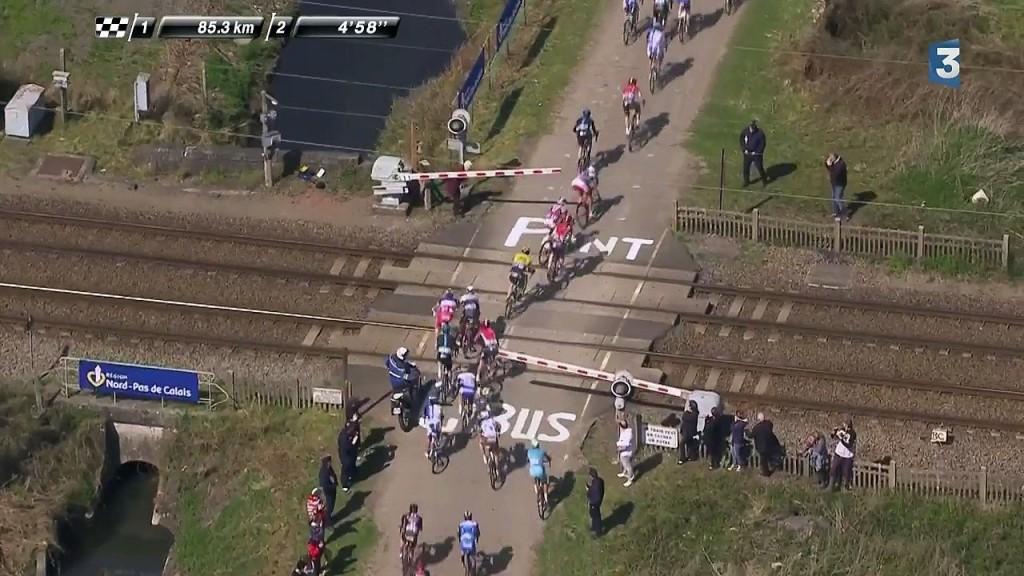 La imagen muestra claramente cómo algunos corredores de la París - Roubaix se saltaron el paso a nivel. Foto: Koreux.