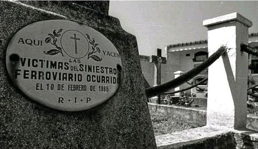 Placa conmemorativa por las víctimas del incencio del tren correo en Grisén. Foto: Treneando.