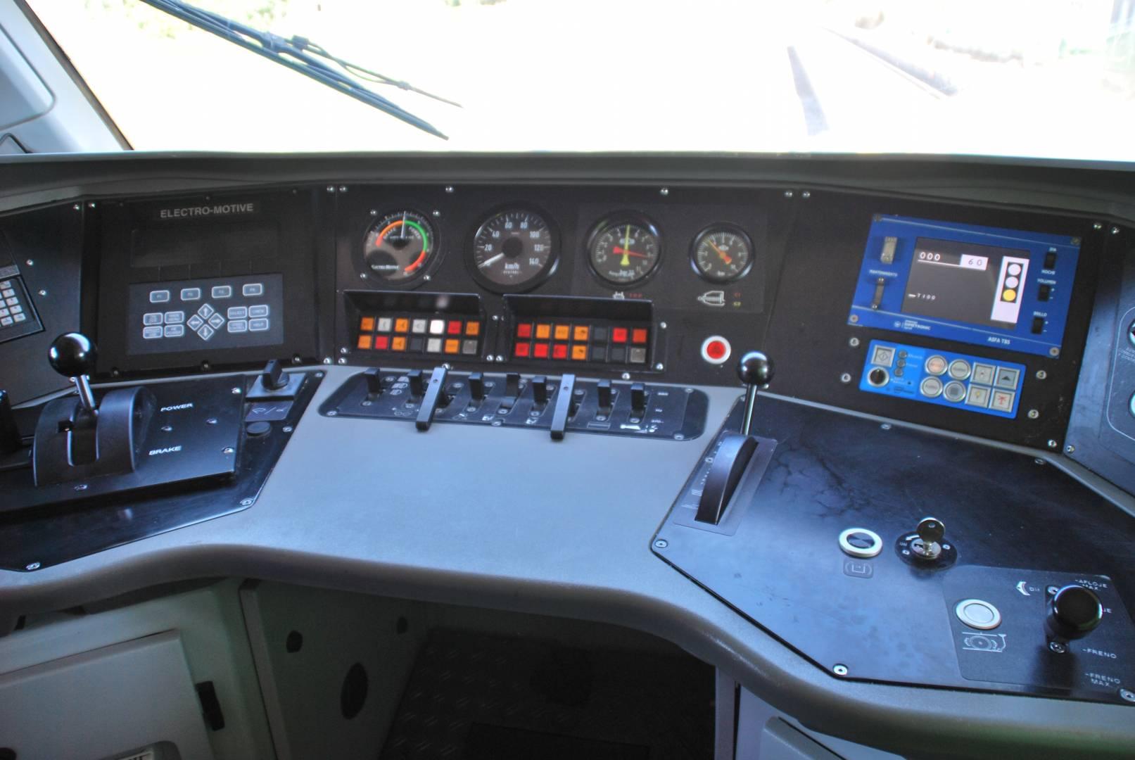 Pupitre central de una locomotora de la serie 335, con sus correspondientes mandos.