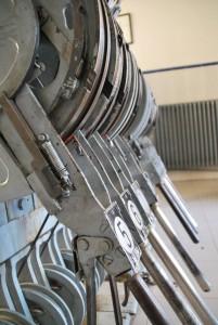 Palancas de accionamiento mecánico de los desvíos, localizadas en un gabinete de circulación.