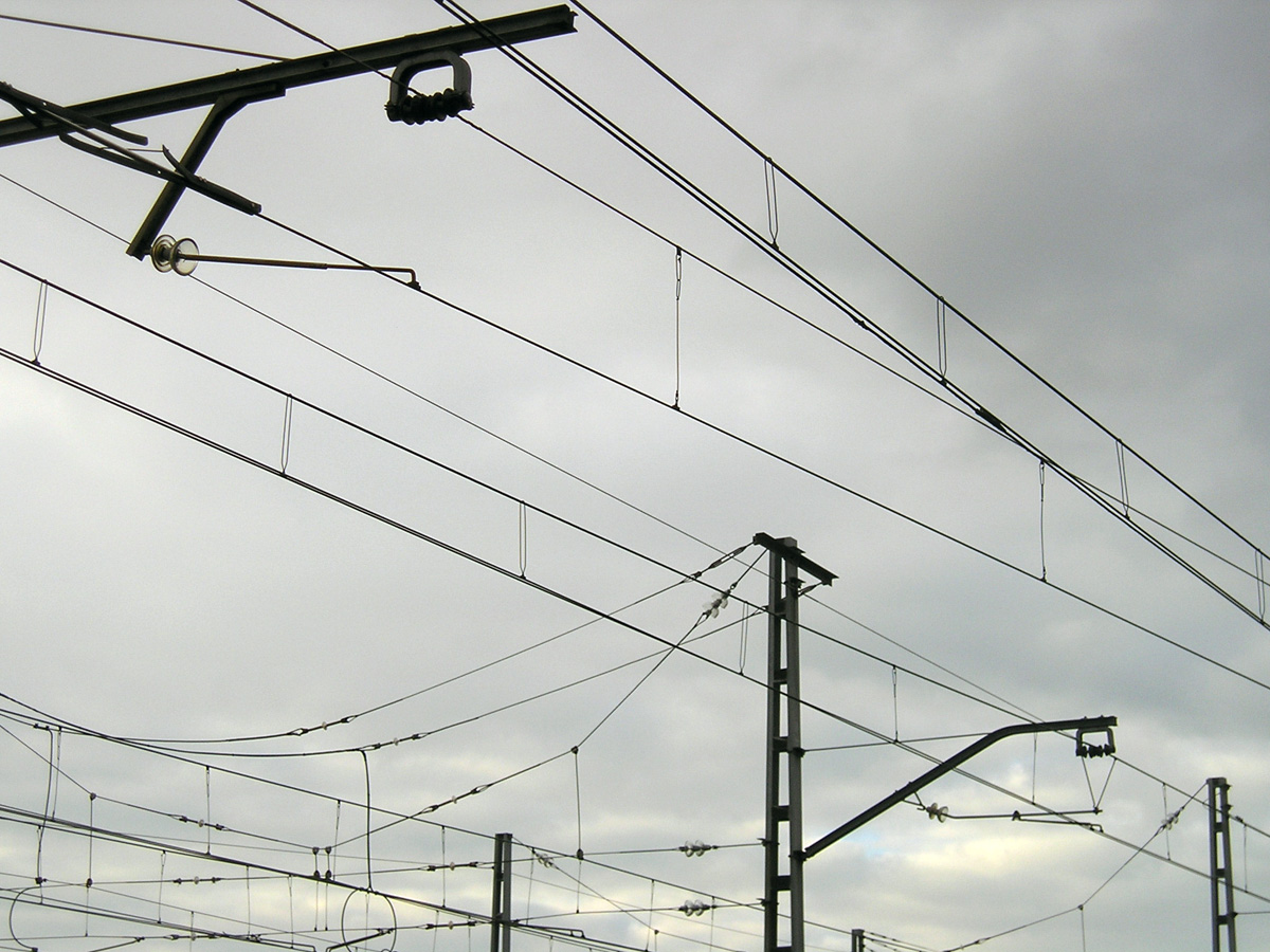 La electrificación ferroviaria en España se realiza mayoritariamente por cable aéreo y catenaria. Foto: migueljbr.