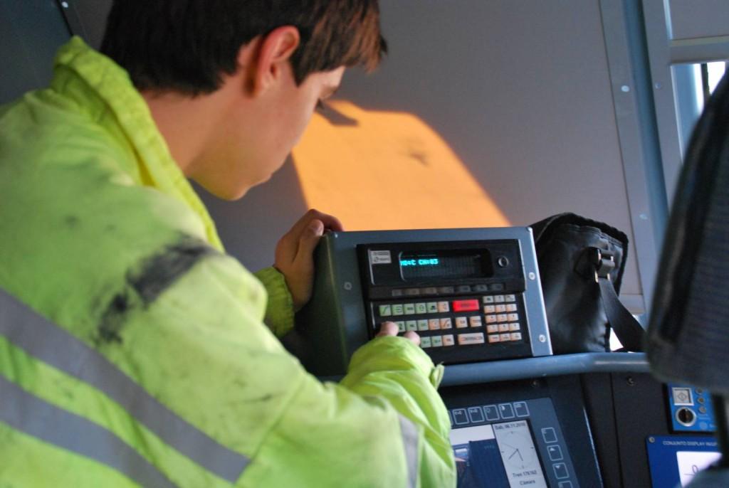Operario manipulando la consola del sistema tren-tierra. Foto: Alberto de Juan.