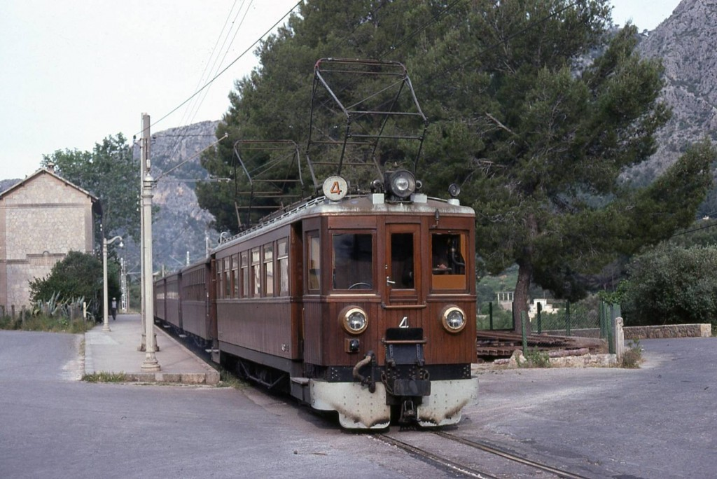 El tren de Sóller, Mallorca, uno de los pocos ferrocarriles del mundo que usa 1.200 V cc como tensión de alimentación. Foto: Alain GAVILLET.