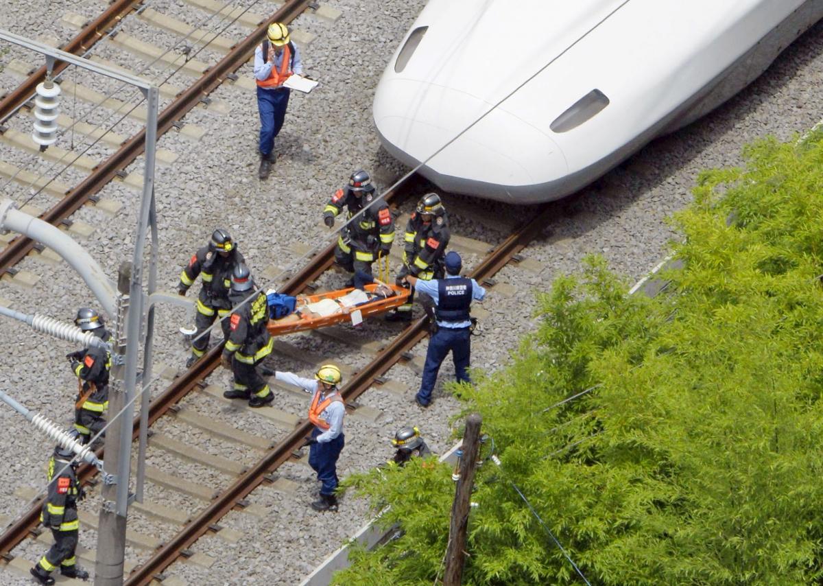 Los servicios de rescate atienden a los pasajeros tras el suicidio y consiguiente incendio del tren bala japonés. Foto: inagist.