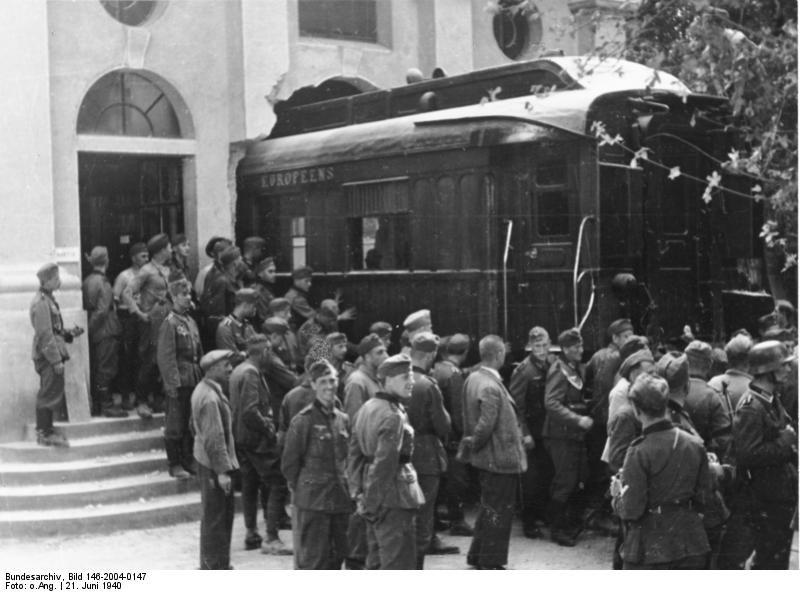 Ante la exigencia de Hitler, los franceses tuvieron que sacar el vagón del armisticio del museo en el que se encontraba a través de un agujero en la pared. Fuente: Blog clase de historia.