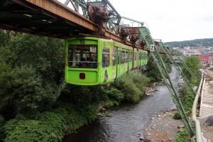 EL monorraíl colgante de Wuppertal circula durante la mayor parte de su recorrido sobre las aguas del río Wupper. Foto: Roel Hemkes.