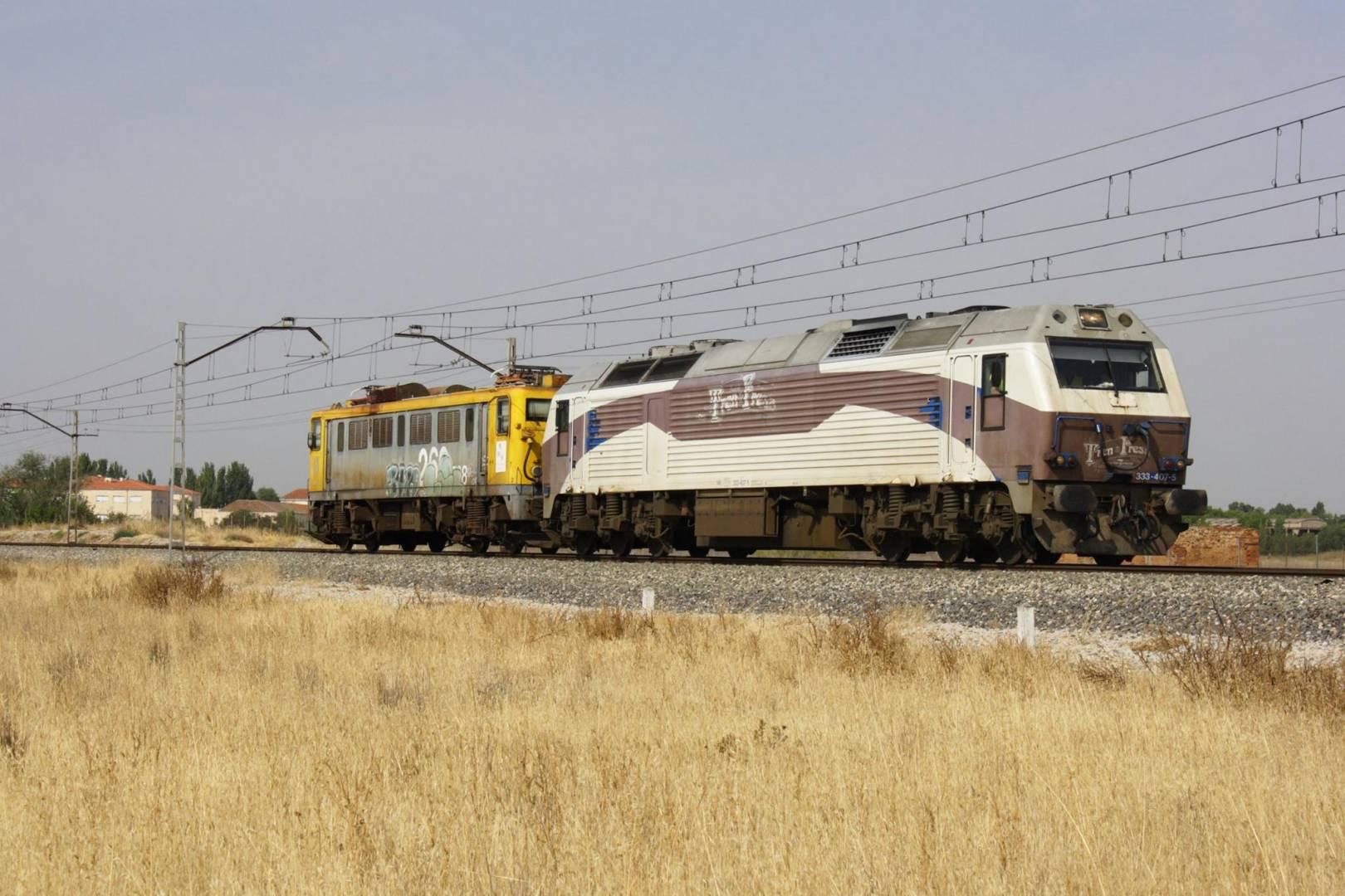 La nueva locomotora histórica 269-508 siendo trasladada a Zaragoza, sede de la AZAFT, por la 333-407. Foto: Daniel Luis González Adenis.