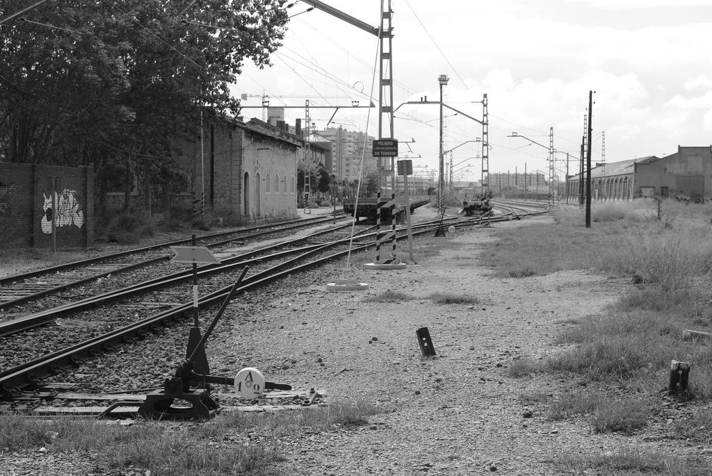 La propuesta incluye ubicar el museo ferroviario en una de las naves de la calle Ariza, ahora en desuso. El problema es que dichas naves formaban parte del Plan Rogers para el soterramiento de las vías en Valladolid. Foto: Víktor_