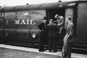 Policía investigando tras el asalto al tren de Glasgow en 1963. Foto: NBC news.