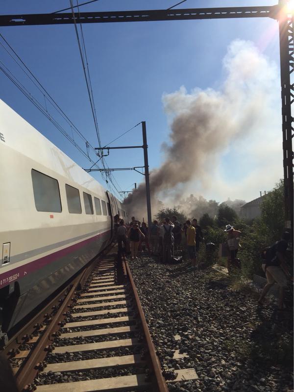 Imagen del incendio publicada por el pasajero zG PaRaNo, en donde se ve el momento de la evacuación.
