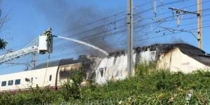Los bomberos apagando el incendio en el serie 100. Foto: SNCF.