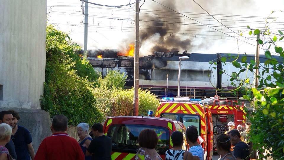 El AVE 100-022 durante el momento del incendio en Lunel. Foto: Naziha Kahla.