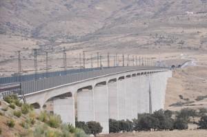Para que los trenes circulen a 300 km/h, las líneas de alta velocidad requieren pendientes más suaves que una línea convencional, por lo que requieren de mayores túneles y viaductos como este sobre el Arroyo del Valle en Madrid.