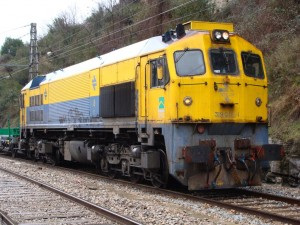 Locomotora 319-205 Retales luciendo su esquema original azul-amarillo en Manresa. Foto: eldelinux.