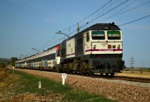 La 319-304 con la decoración del tren Al Ándalus, remolcando dos 446 sin servicio. Foto: Álvaro Arrans.