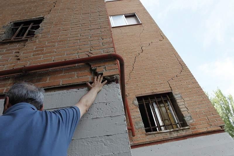 Grietas en la fachada de una vivienda de San Fernando de Henares a consecuencia del MetroEste. Foto: 20 Minutos.