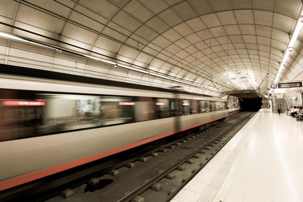 Tren del metro de Bilbao yendo hacia el sur pasando por la estación de Casco Viejo. Foto: Aitor Agirregabiria de la Sen.