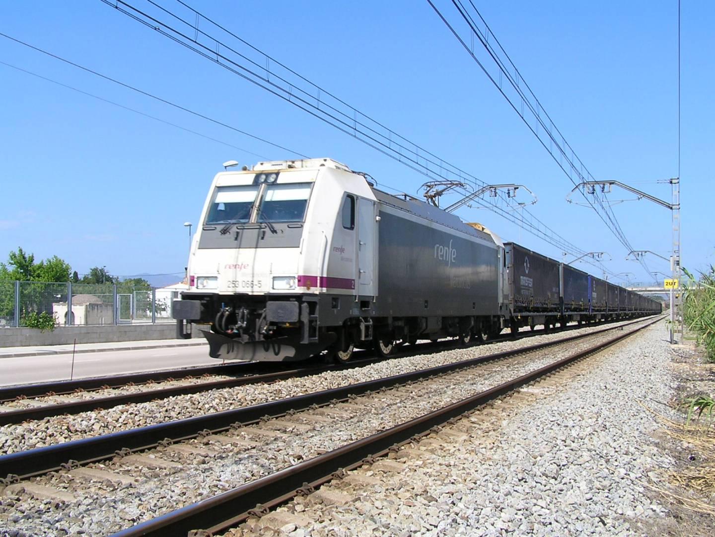 Con el eje de ancho variable para mercancías comprado por Adif, los trenes que vayan a Europa, como este que llega al Reino Unido, serán más competitivos. Foto: Jordi Verdugo.