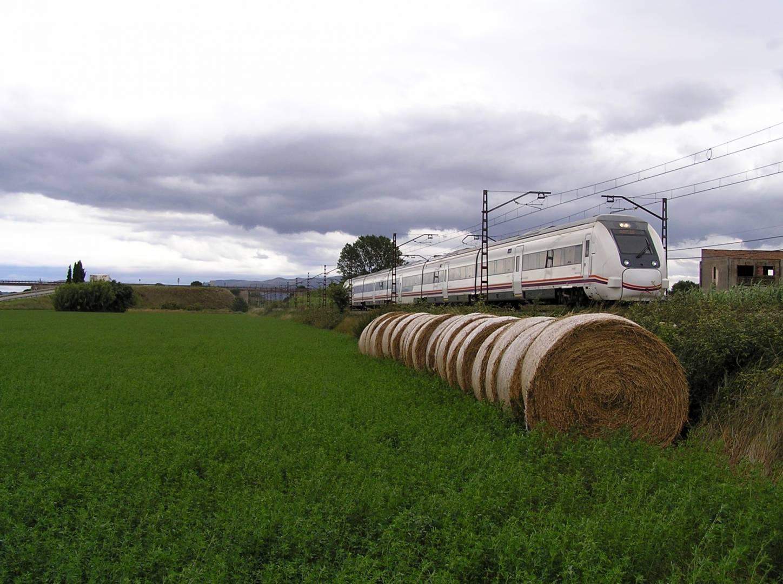 Los trenes eléctricos son el medio de transporte que más fácil tiene emplear energías renovables. Foto de un 449 en Figueras tomada por Jordi Verdugo.