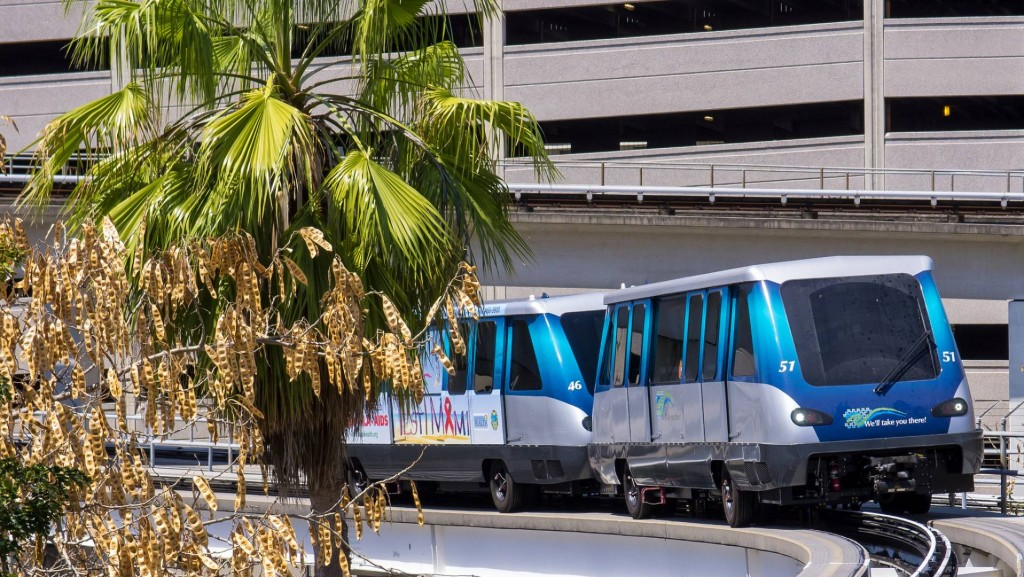 Una composición de Metromover en Miami, uno de los pocos sistemas de metros sobre neumáticos que emplean la tecnología Innovia APM de Bombardier. Foto: Ed Webster.