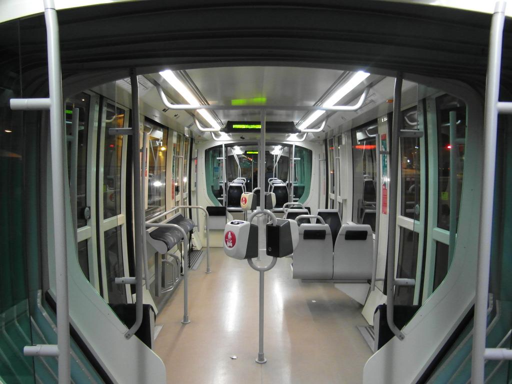Casi con total seguridad, los perros podrán viajar en el tranvía de Barcelona a partir de 2016. Foto: Ingolf.