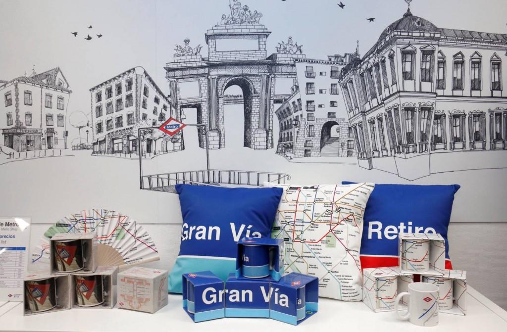 Algunos de los nuevos productos de merchandising que se venden en el Centro de Atención al Cliente de Sol. Foto: Metro de Madrid.