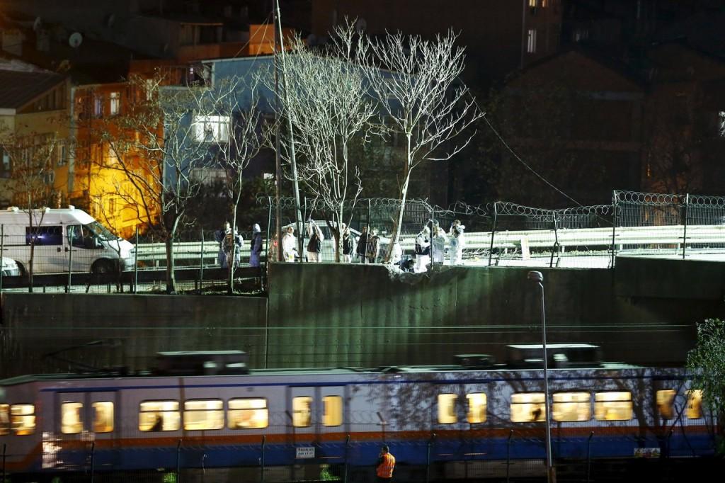 Imagen del lugar en el que se produjo la explosión. Como se puede comprobar, el artefacto estaba situado a pocos metros de las vías del metro de Estambul. Foto: © Reuters/Pixsell.